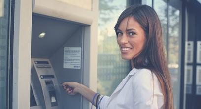 Donna bancomat conto banca