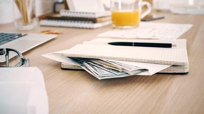 Paga stipendio soldi scrivania