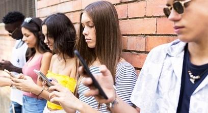 Adolescenti internet smartphone giovani