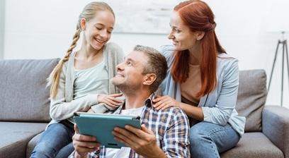 Famiglia adolescente tecnologia