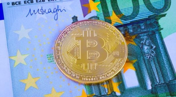 bitcoin-contro-banconote-scenario-di-una-battaglia-monetaria