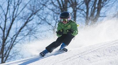 Casco e assicurazione per proteggere gli sciatori
